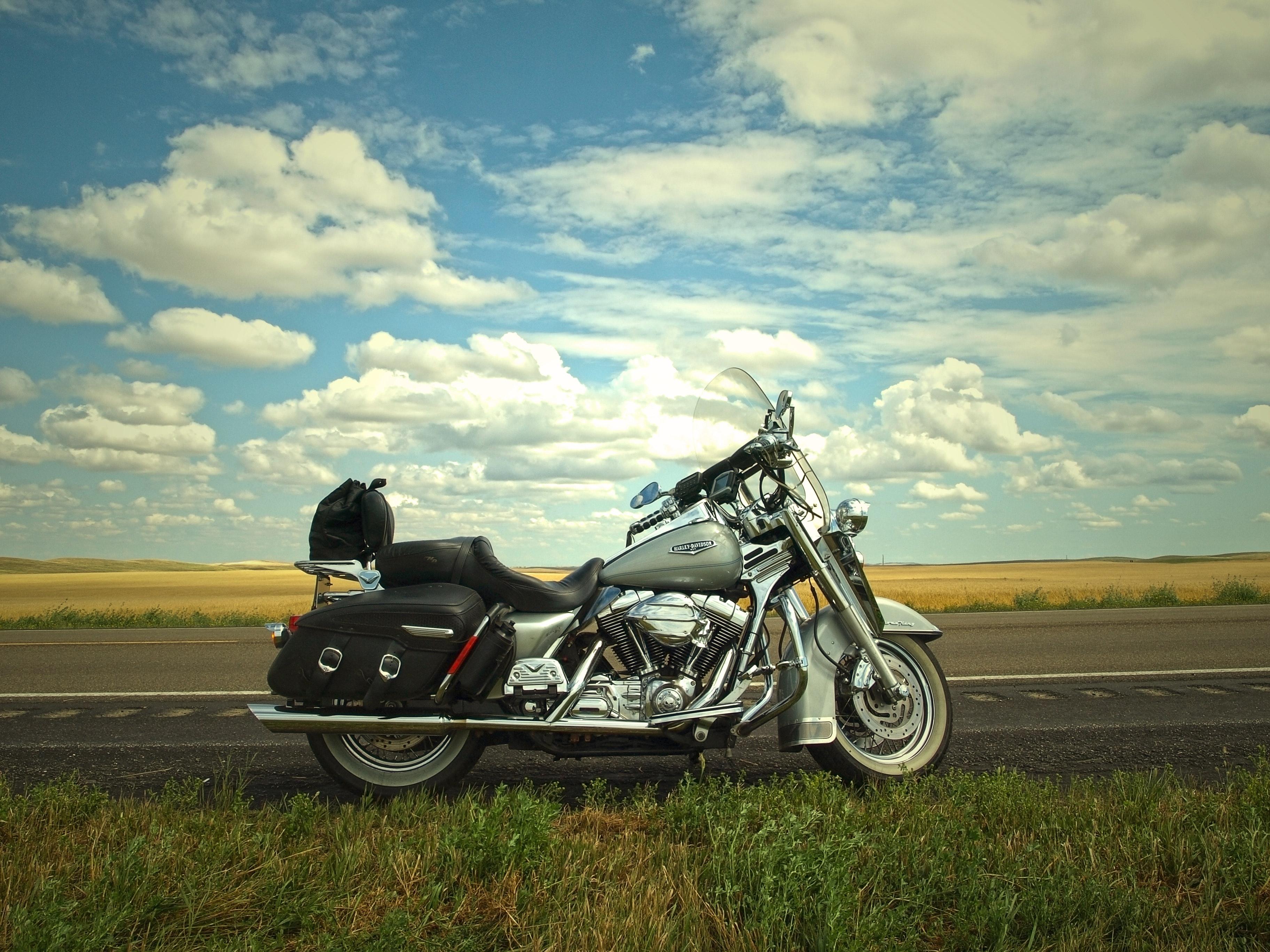Parkerad motorcykel på vägkant